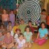 Des élèves de l'école de La Passerelle réalisent une œuvre d'art