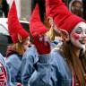 Les élèves de l'École d'éducation internationale participent au défilé du Père Noël