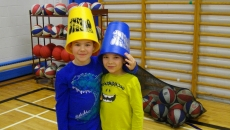 Les élèves de l'école De Bourgogne participent au défi du record Guinness d'empilage sportif