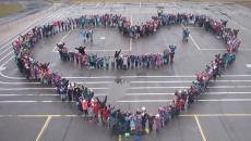 Les élèves de l'école de la Pommeraie se donnent la main pour l'harmonie!
