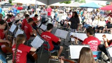 Les élèves du profil guitare de l'école secondaire du Grand-Coteau au marché public de Sainte-Julie