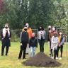 Première pelletée de terre pour l'embellissement de la cour de l'école Les Jeunes Découvreurs