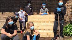Un bac à jardin à l'école De La Broquerie pour le projet de potager biologique